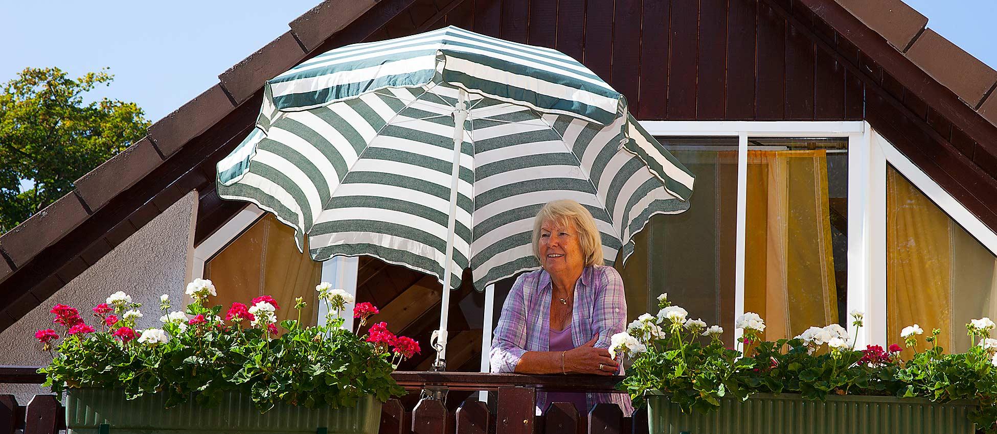 dame-auf-balkon